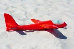 Plano vermelho do brinquedo no fim da areia acima imagens de stock