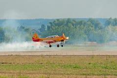 Plano Yak-52 das terras da equipe de Pervyj Polyot Fotos de Stock