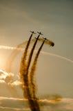 Planos acrobáticos fumarentos Fotos de Stock
