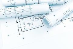 Planos arquitetónicos rolados e desenhos técnicos no bluep da casa Foto de Stock Royalty Free