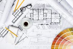 Planos da construção e ferramentas de desenho em modelos Fotografia de Stock Royalty Free