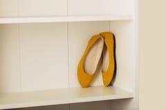 Planos das sapatas das mulheres na prateleira no armário Imagens de Stock
