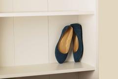 Planos das sapatas das mulheres na prateleira no armário Fotos de Stock Royalty Free