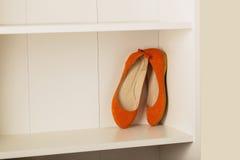 Planos das sapatas das mulheres na prateleira no armário Fotografia de Stock Royalty Free