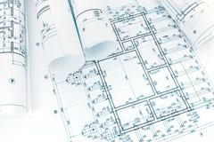 Planos de construção rolados no fundo arquitetónico do modelo foto de stock royalty free