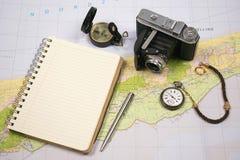 Planos de curso com o mapa da ilha, da câmera do vintage, do relógio de bolso, do compasso e do caderno Fotos de Stock Royalty Free