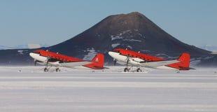 Planos de esqui de Basler na pista de decolagem da neve em McMurdo Foto de Stock Royalty Free