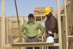 Planos de And Foreman Discussing do coordenador Imagens de Stock Royalty Free