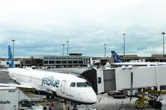 Planos de JetBlue em Boston Logan Airport, o 15 de maio de 2017 imagens de stock royalty free