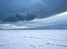 Planos de la sal de Badwater durante una tormenta Imagen de archivo libre de regalías