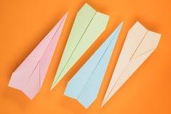 Planos de papel coloridos na laranja foto de stock royalty free