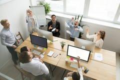 Planos de papel de lançamento da equipe feliz diversa do escritório junto, v superior Fotos de Stock Royalty Free
