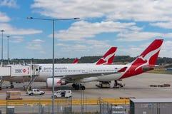 Planos de Qantas no aeroporto de Melbourne imagem de stock royalty free