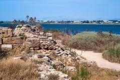 Planos de sal de Mozia e um moinho de vento velho no Marsala, Sicília imagens de stock