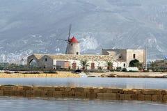Planos de sal e moinho de vento velho Foto de Stock