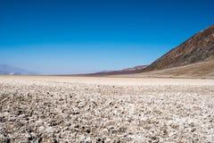 Planos de sal ponto da bacia de Badwater no mais baixo no hemisfério Norte no parque nacional de Vale da Morte Útil para um textu fotos de stock