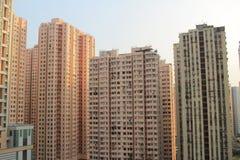 Planos densos, altos de los apartamentos de la subida, en Hong Kong Foto de archivo libre de regalías