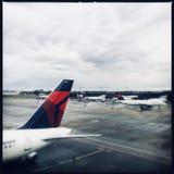 Planos do delta, aeroporto de Atlanta Hartsfield-Jackson fotos de stock royalty free