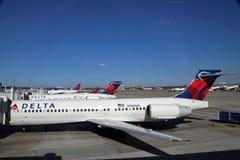 Planos do delta no aeroporto de Atlanta fotografia de stock