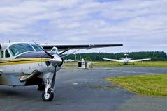 Planos do viajante de bilhete mensal no aeródromo fotografia de stock