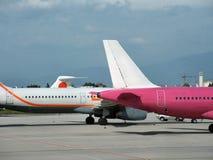 Planos en aeropuerto Fotos de archivo libres de regalías