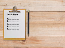 2017 planos na prancheta de papel no fundo de madeira Foto de Stock