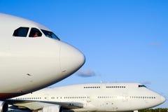 Planos no aeroporto Imagem de Stock Royalty Free