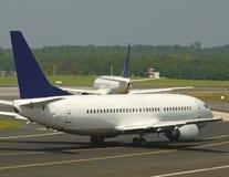 Planos no aeroporto Imagens de Stock