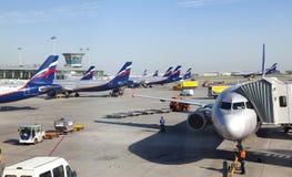 Planos no aeroporto internacional de Sheremetyevo o 8 de maio de 2010 em Moscou, Rússia Fotografia de Stock