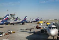 Planos no aeroporto internacional de Sheremetyevo o 8 de maio de 2010 em Moscou, Rússia Fotos de Stock