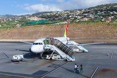 Planos que esperam passageiros no aeroporto de Funchal em Madeira, Portugal Fotografia de Stock