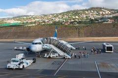 Planos que esperam passageiros no aeroporto de Funchal em Madeira, Portugal Foto de Stock