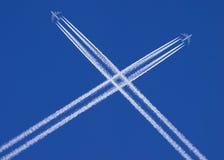 Planos que se cruzam no céu Fotografia de Stock