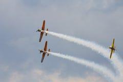 Planos YAK-52 acrobáticos na POLARIZAÇÃO 2015 Foto de Stock Royalty Free
