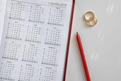 Planować ślub w 2018 Kalendarz obrączek ślubnych na białym tle i 2018 i dwa Obrazy Stock