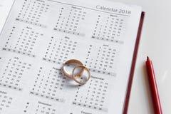 Planować ślub w 2018 Kalendarz obrączek ślubnych na białym tle i 2018 i dwa Obraz Royalty Free