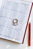 Planować ślub w 2018 Kalendarz obrączek ślubnych na białym tle i 2018 i dwa Zdjęcia Royalty Free