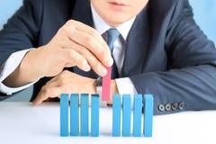 Planować, ryzyko i strategia w biznesie, biznesmena kładzenia puszka drewniany blok Zdjęcia Royalty Free