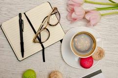 Planować sprawy Kawowy kubek z deserem, notatnikiem, piórem i szkłami, Obrazy Royalty Free