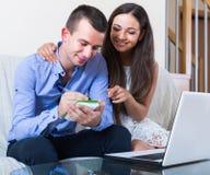 Planowanie rodziny zakupy i sprawdzać online ceny fotografia stock