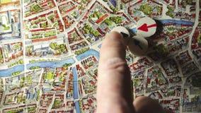 Planpolitie actionon de kaart Brugge stock video