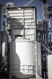 Planraffinaderij, pijpleidingen en torens, zware industrieoverzicht Stock Fotografie