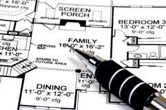Plans à la maison et crayon photos stock