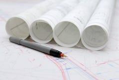 Plans architecturaux roulés et ustensiles de dessin photos libres de droits