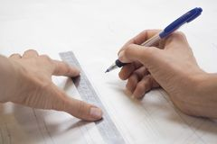 Plans de dessin sur le papier de traçage Affaires du ` s de tailleur images stock
