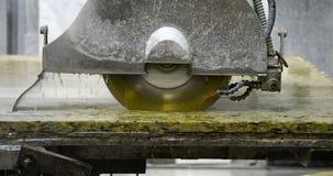 Plans de travail de granit coupés avec le coupeur en pierre banque de vidéos