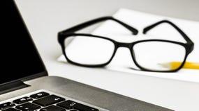 Plans rapprochés sur des verres sur l'ordinateur portable photo libre de droits