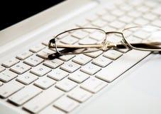 Plans rapprochés sur des verres sur l'ordinateur portable photos libres de droits