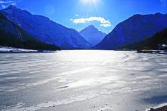 冻湖plansee 库存图片