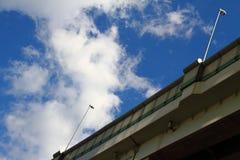 Planskild korsning och den blåa himlen Royaltyfri Fotografi